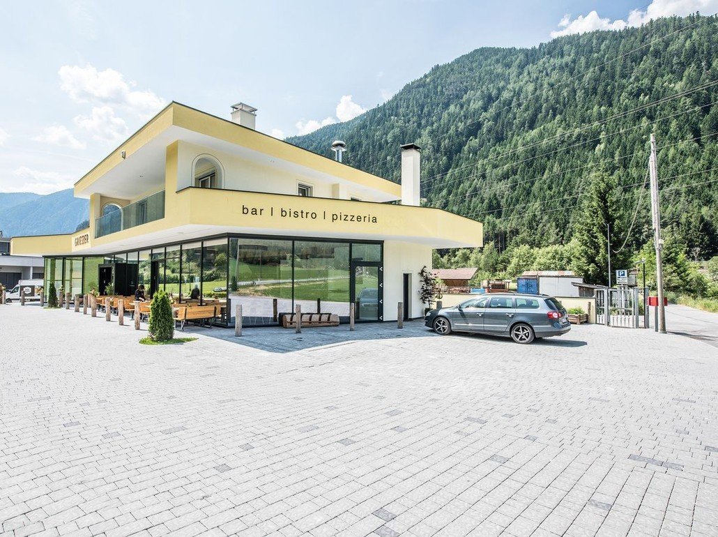 Bar-Bistro-Pizzeria-Eventlocation in strategischer Lage